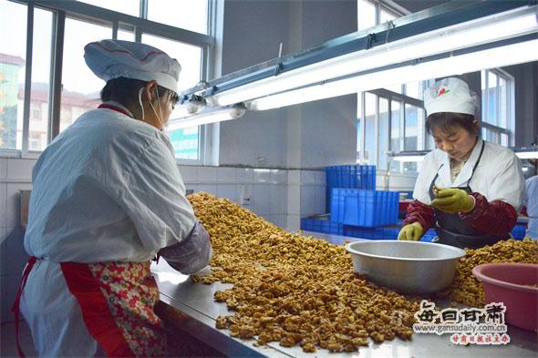 陇南成县以核桃产业铺设小康之路